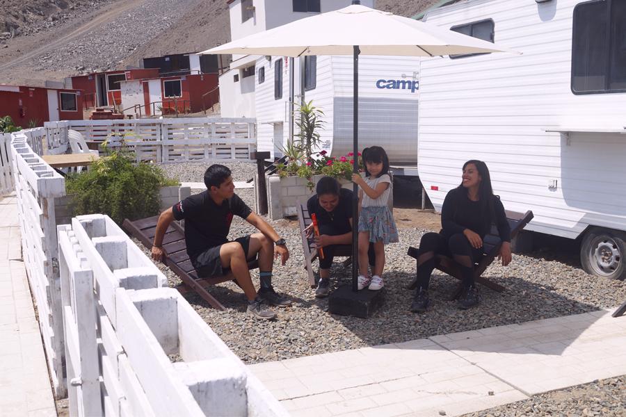 Alojamiento, campamentos, retiros con servicios de alimentación y entretenimiento.